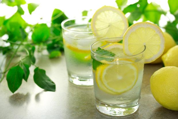Agua caliente con limón enayunas